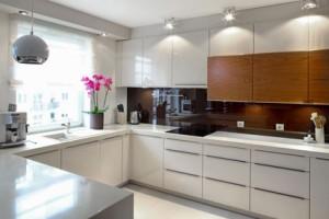 table cuisson à induction dans une cuisine